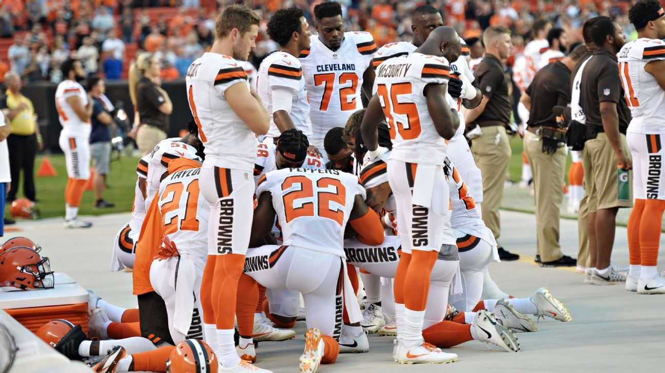 Eleven Cleveland Browns players take knee in circle during national anthem before Monday's preseason game