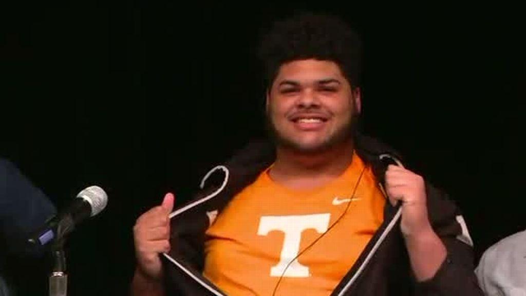 OT Wright picks Tennessee