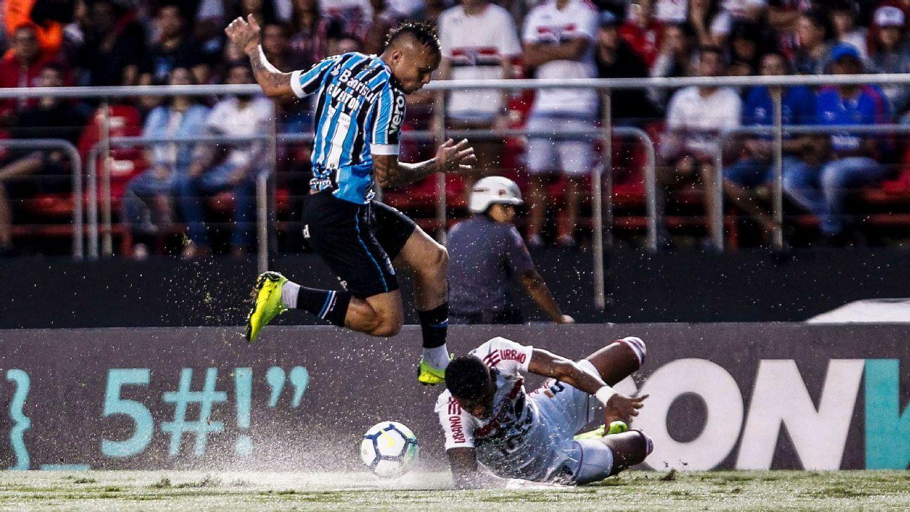 Manchester United look for Gremio striker Everton Soares - sources