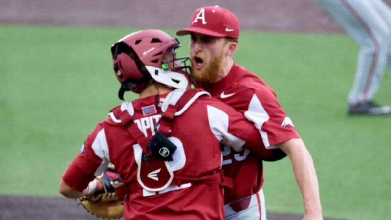 Five-run ninth helps Razorbacks defeat Commodores