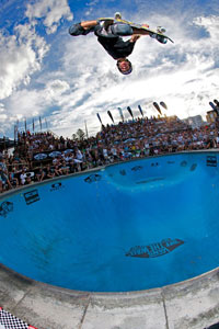 Pedro Barros blasts a stalefish during the Bondi Bowl-a-Rama in Oz.