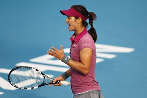 Defending champion Li Na, the top seed, fought off Monica Niculescu to advance to the semifinals of the Shenzhen Open.
