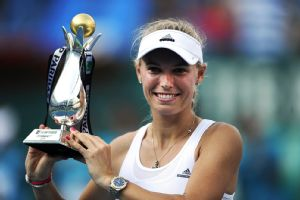 Caroline Wozniacki overpowered Roberta Vinci to clinch her first WTA title of the year.