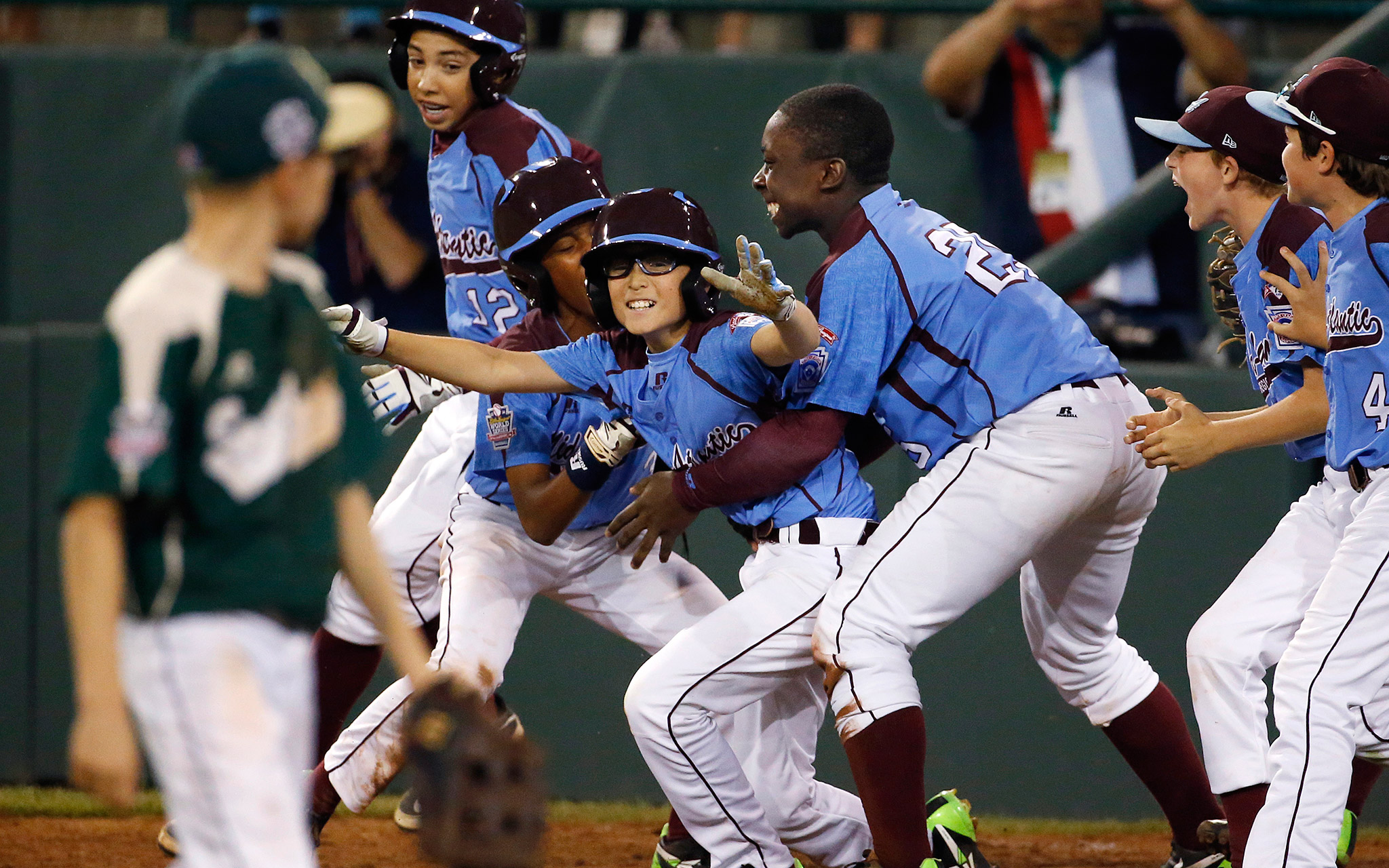 Tai Shanahan, center, was mobbed by his teammates when his walk-off single gave Philadelphia a 7-6 win over Pearland, Texas, at the Little League World Series.
