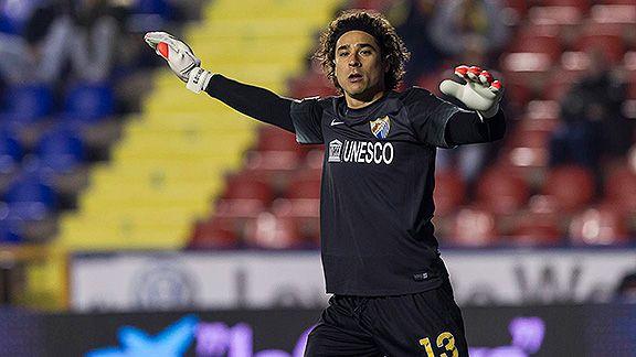 Liverpool y Arsenal pendientes del portero mexicano Memo Ochoa
