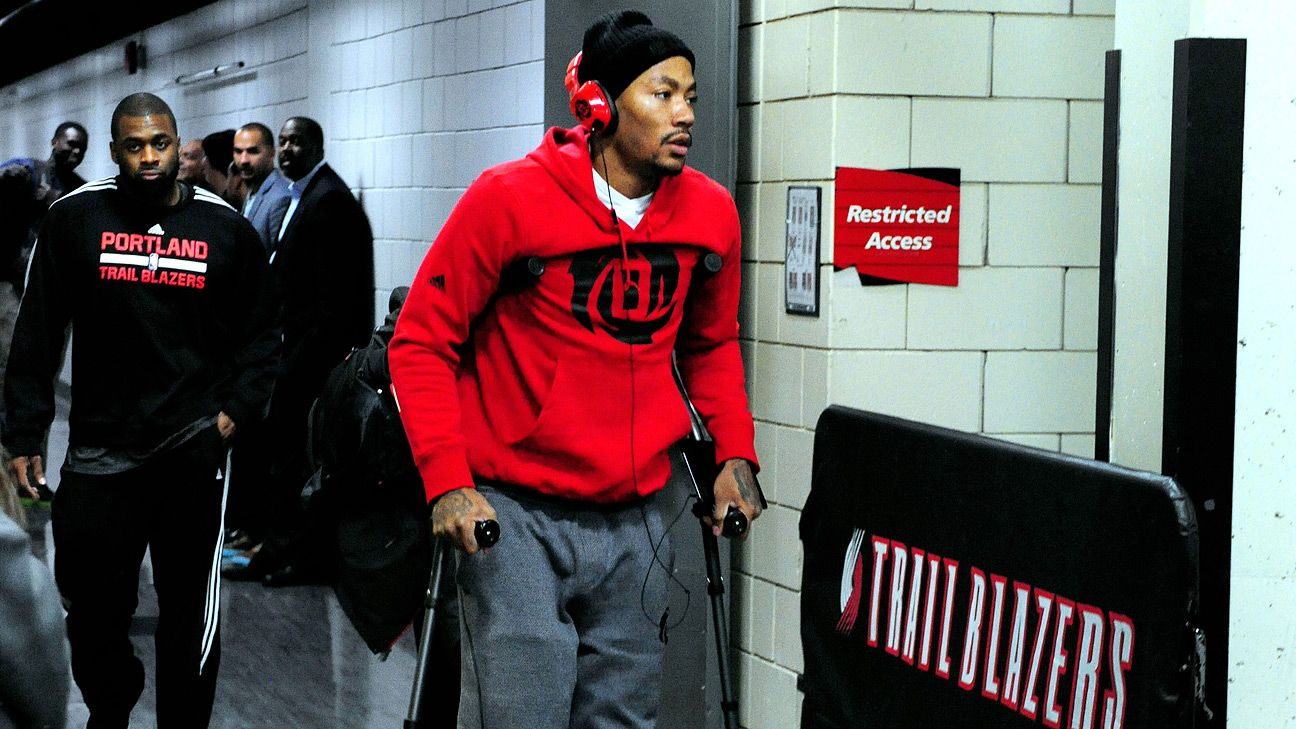 Derrick Rose injures right knee