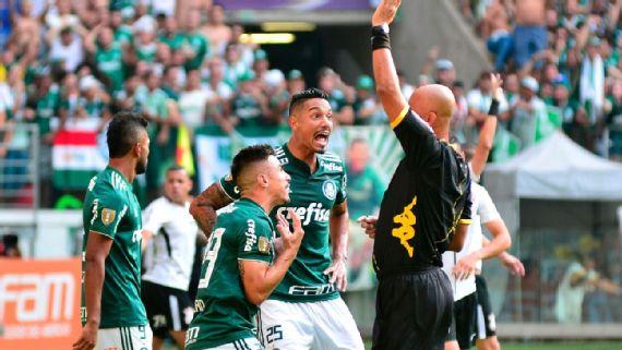 """Árbitro do polêmico Palmeiras x Corinthians de 2018 fala dois anos após final: """"Dei a chance de eles poderem transferir a responsabilidade"""""""