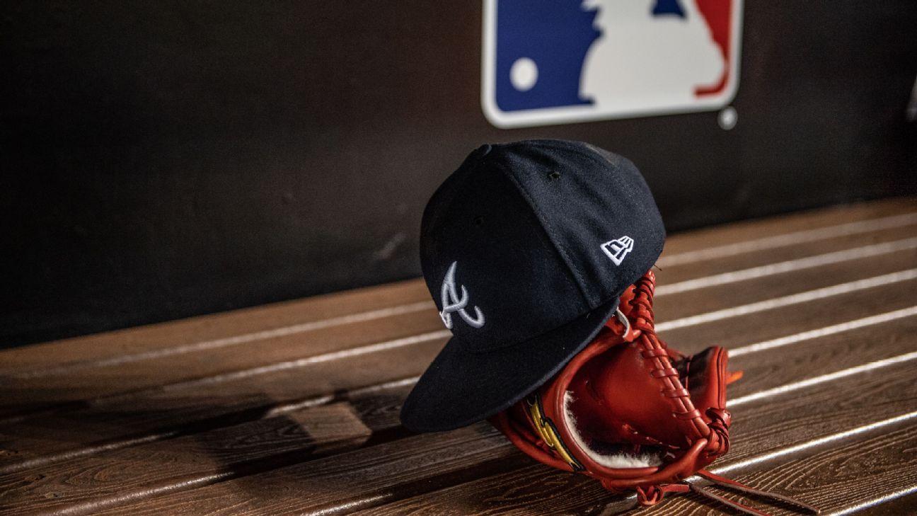 Peloteros de MLB piden no cerrar fábrica de gorras en New York 57ca852bcaf