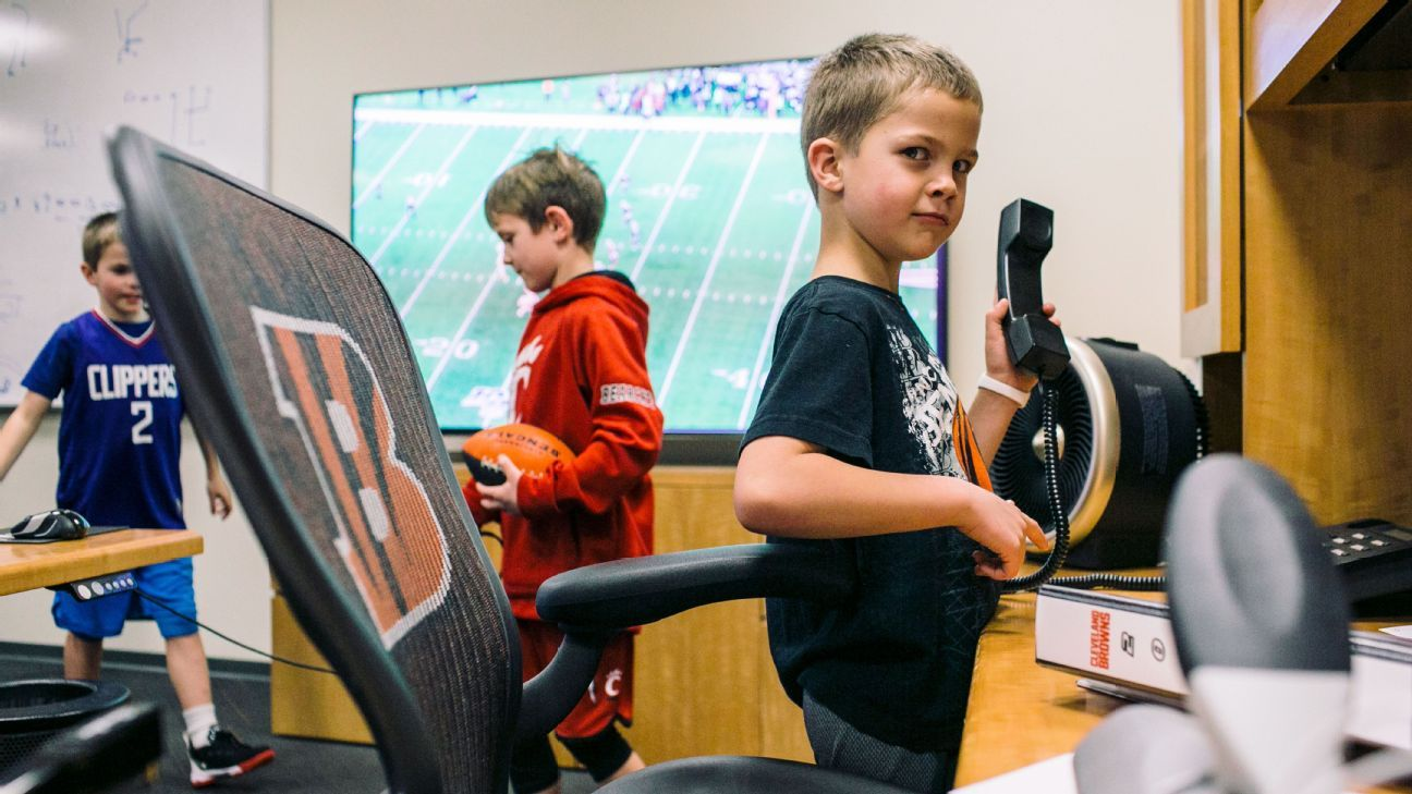 Football pauses for pizza, laughs and hanging with the kids on Bengals family night
