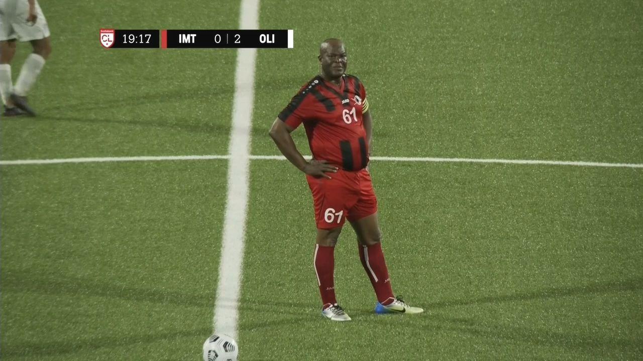 Vicepresidente de Surinam y presidente del Inter Moengotapoe jugó a sus 60 años ante Olimpia