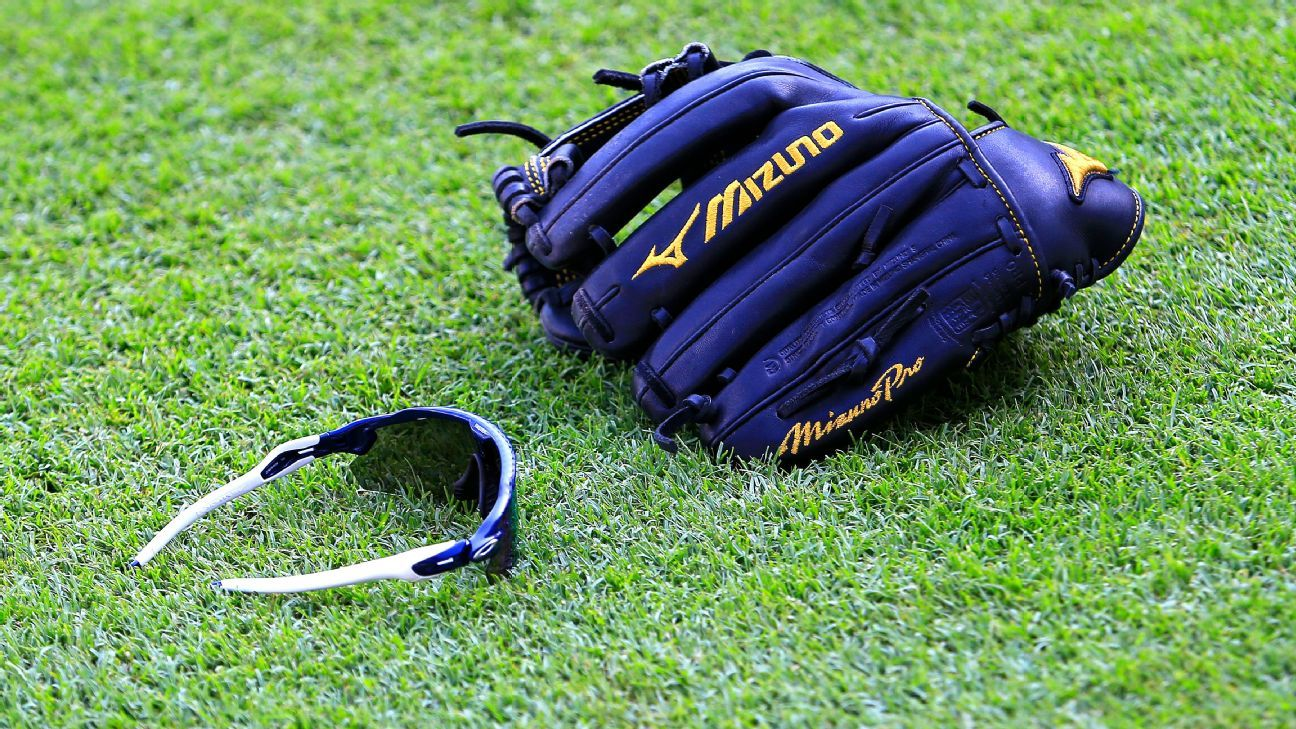 Baseball players' irrational love for their gloves 2